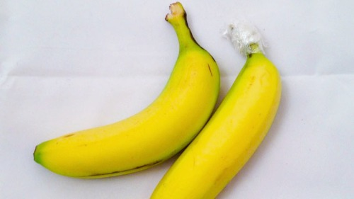Keep Bananas Fresh Longer by Separating Them and Wrapping the Stems in Plastic Wrap
